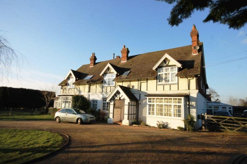 3 Bedrooms Apartment Flat for sale in NEWDIGATE