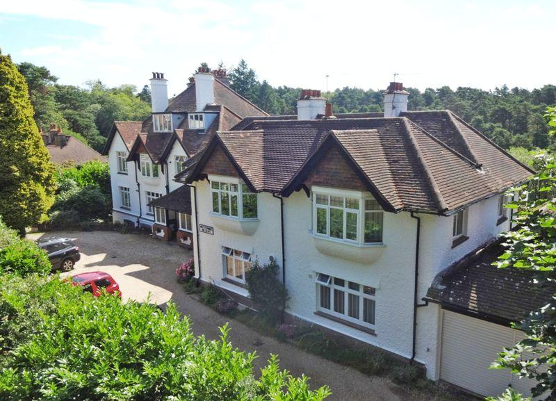 3 Bedrooms Flat for sale in Portsmouth Road, Hindhead