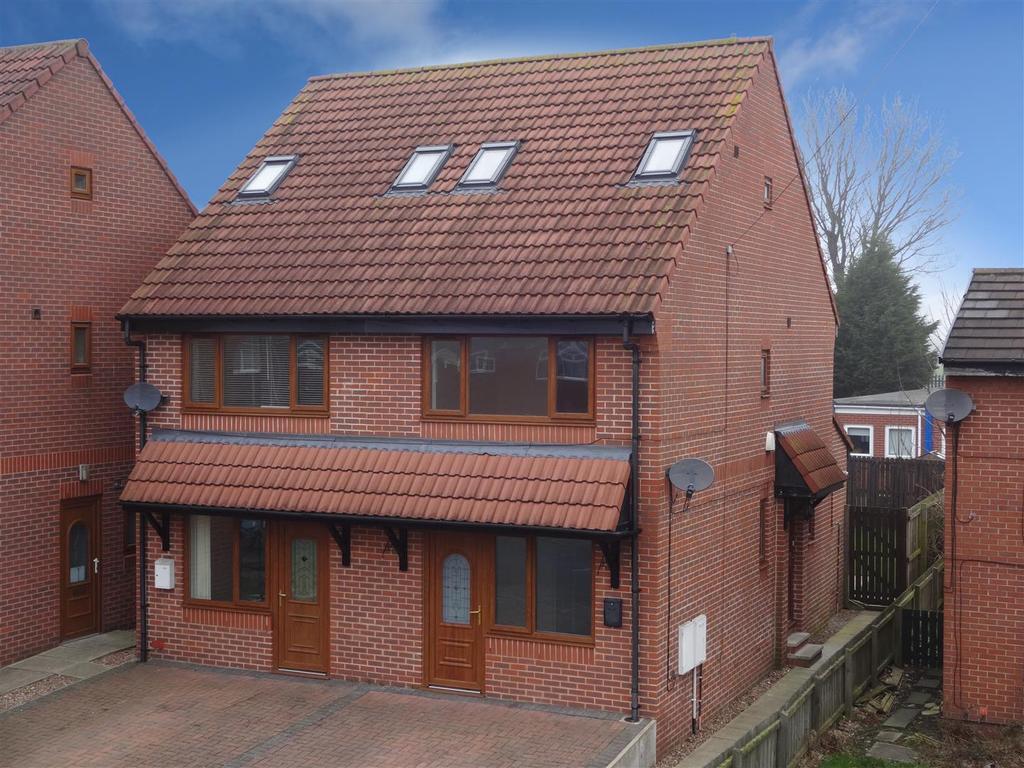 3 Bedrooms Semi Detached House for sale in Leeds Bradford Road, Stanningley