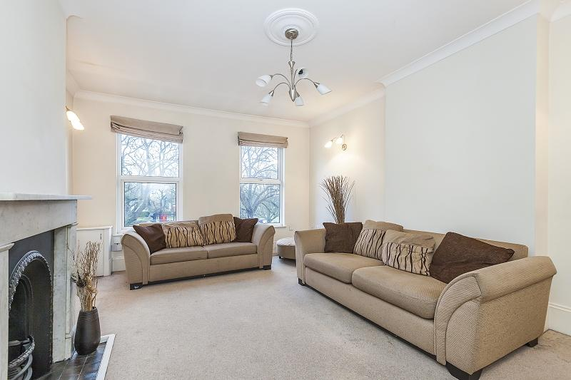 2 Bedrooms Flat for sale in High Road, Woodford Green, Essex. IG8 0XE