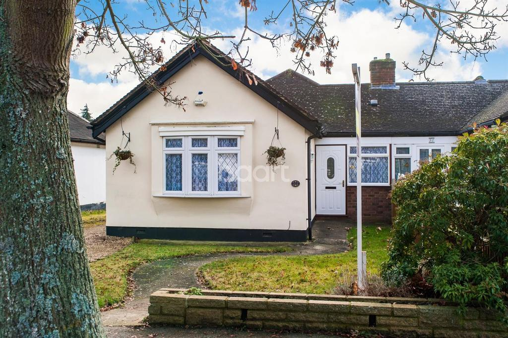 4 Bedrooms Semi Detached House for sale in Staines - Meadway
