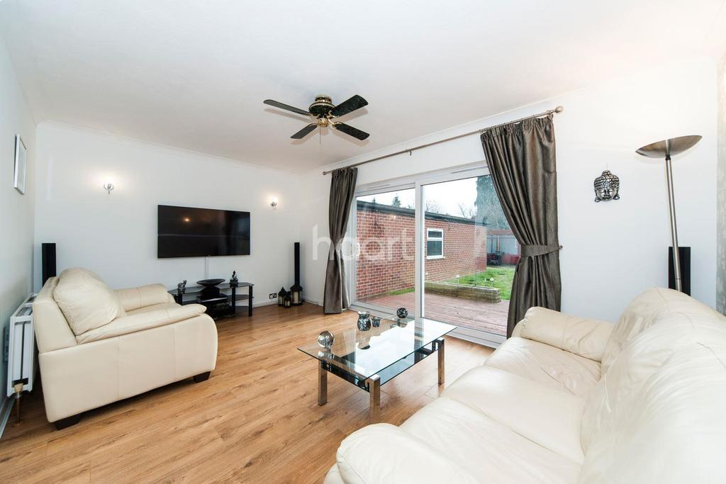 4 Bedrooms Semi Detached House for sale in Meadway