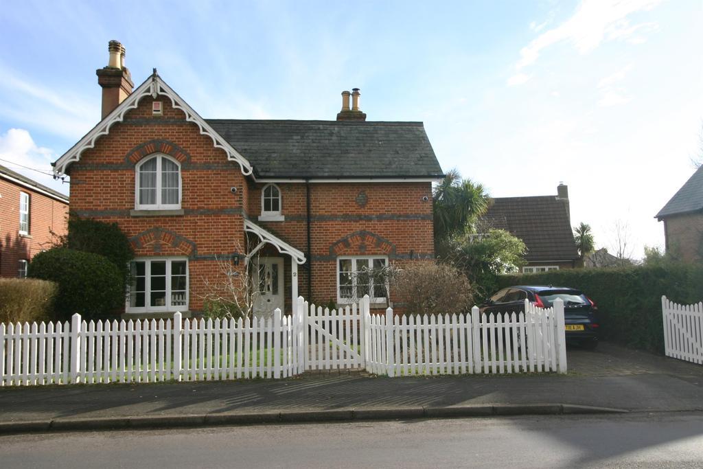3 Bedrooms Detached House for sale in Grange Road, Netley Abbey, Southampton, SO31 5FE