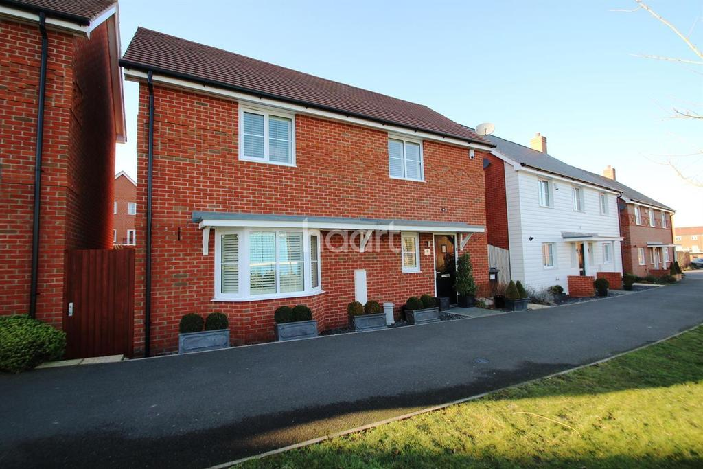 3 Bedrooms Detached House for sale in Everest Walk, Church Crookham GU52 8AB
