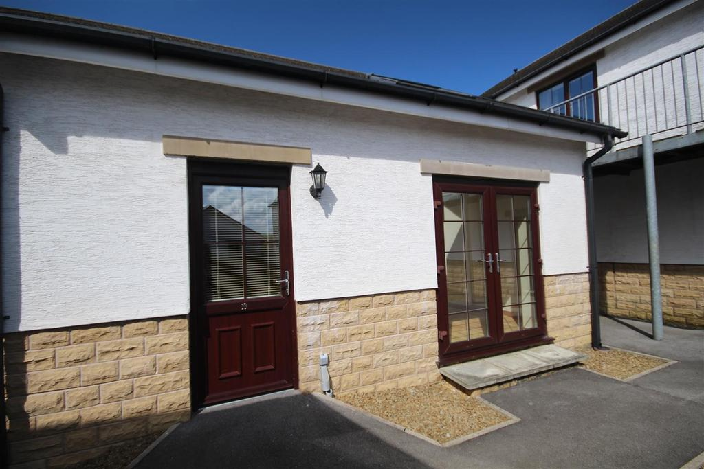 2 Bedrooms Bungalow for sale in 10 The Courtyard, Colne Lane, Colne