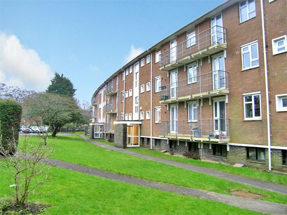 3 Bedrooms Flat for sale in Hillside Court, Ty-Gwyn Road, Penylan, Cardiff