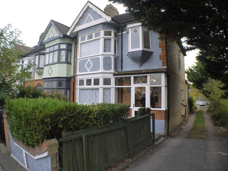 3 Bedrooms Semi Detached House for sale in Forest Road, London, Greater London. E17