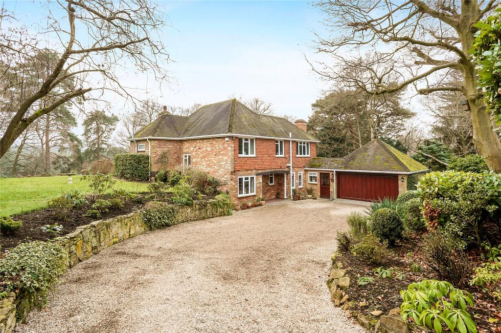 4 Bedrooms Detached House for sale in Highlands Close, Farnham, Surrey, GU9