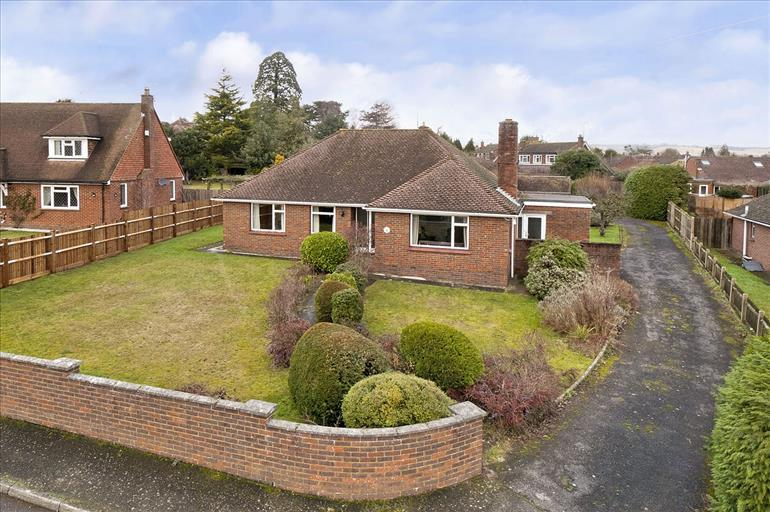 3 Bedrooms Detached House for sale in Manor Close Bearsted Maidstone Kent, ME14 4BY