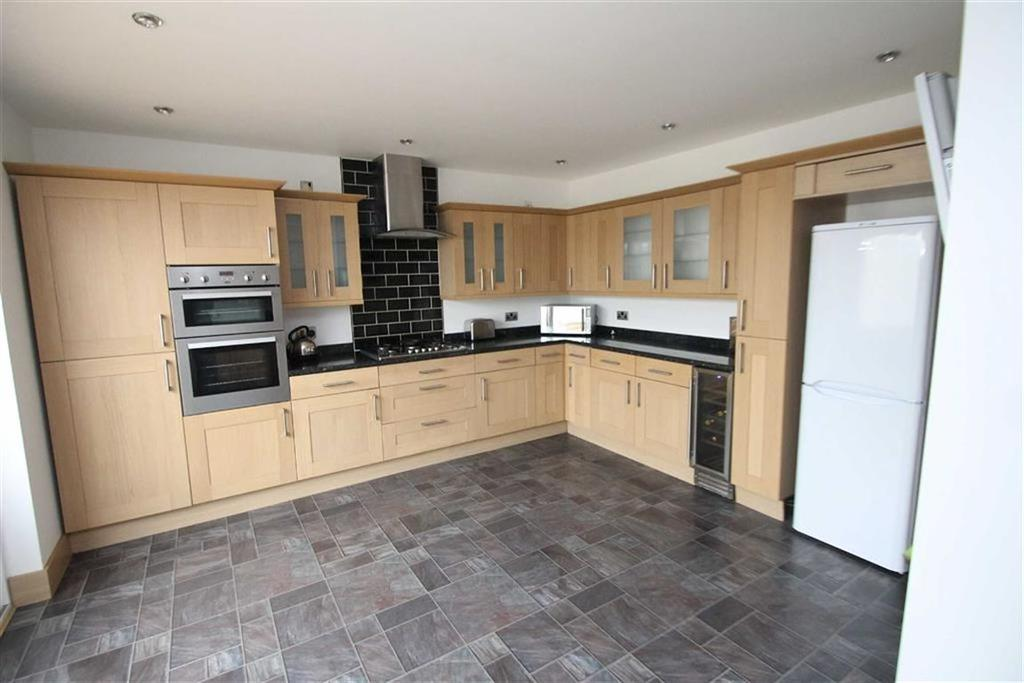 3 Bedrooms Semi Detached House for sale in Douglas Road, Clacton