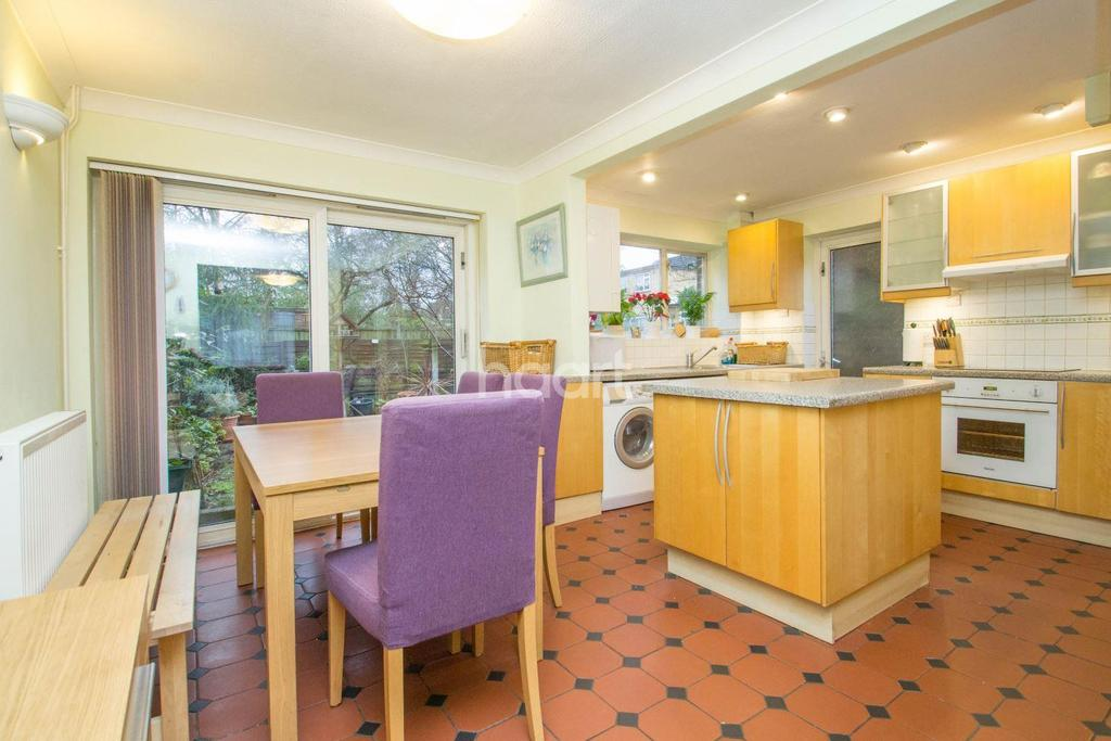 3 Bedrooms Semi Detached House for sale in The Birches, Benfleet