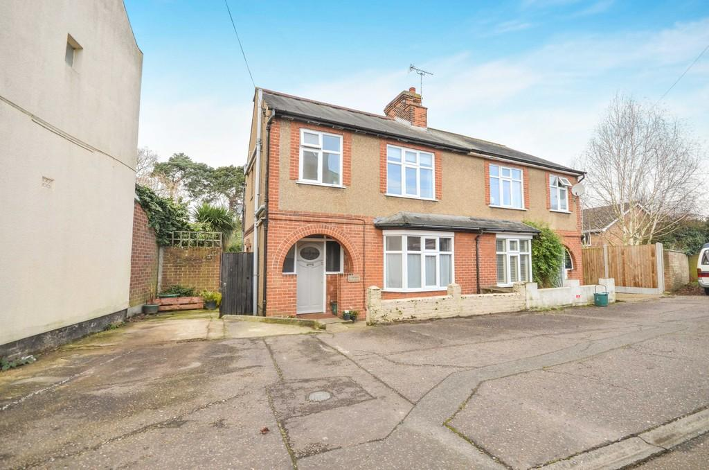 4 Bedrooms Semi Detached House for sale in Manor Gardens, Colchester