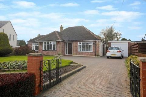 3 bedroom bungalow for sale - Manor Road, Caddington