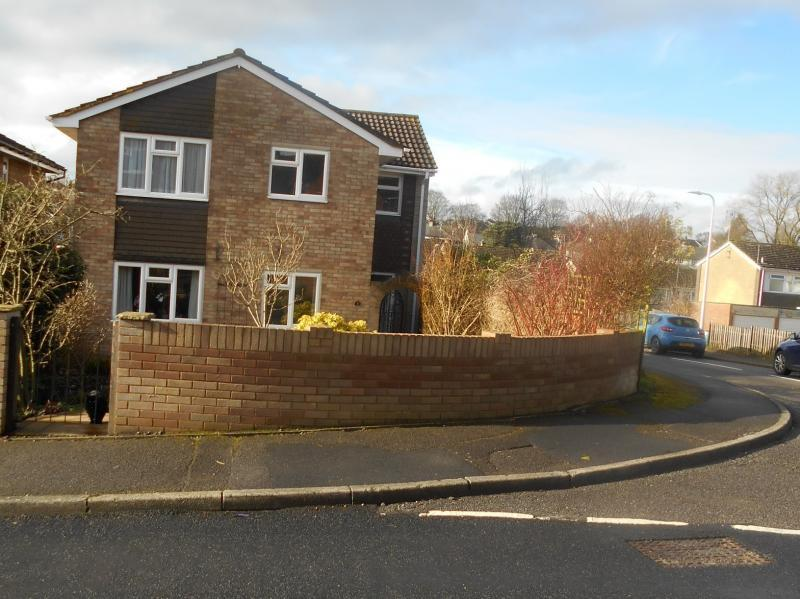 4 Bedrooms Detached House for sale in Hillside Road, Hungerford
