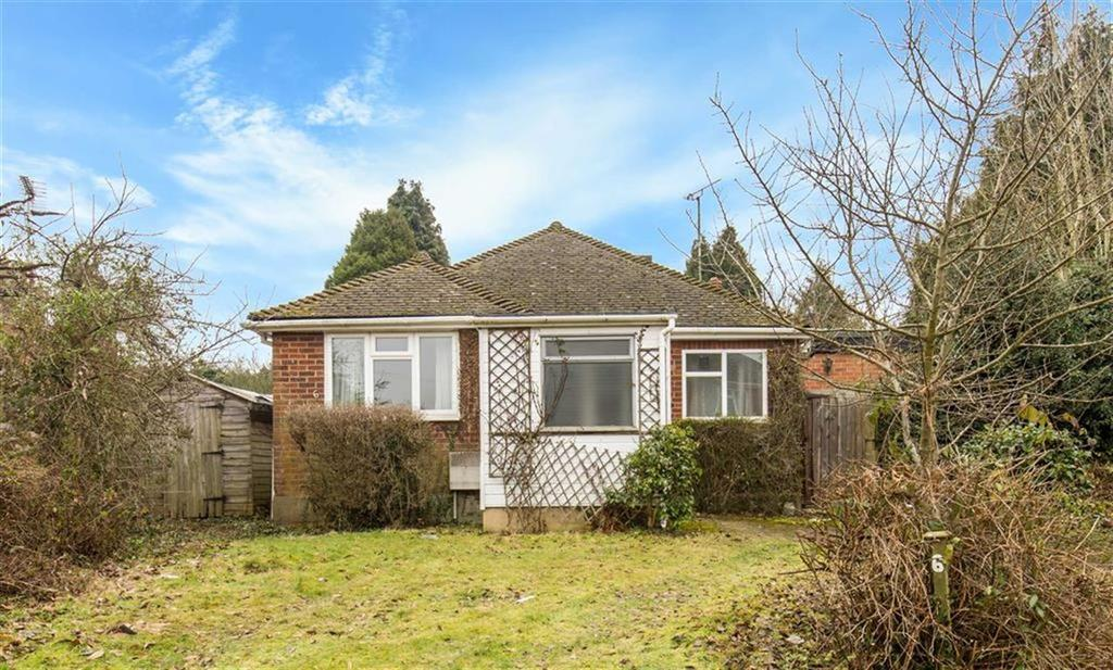 2 Bedrooms Bungalow for sale in Hurst Green Close, Hurst Green, Surrey