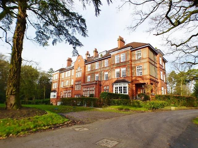 2 Bedrooms Flat for sale in Kingswood Park, Frodsham