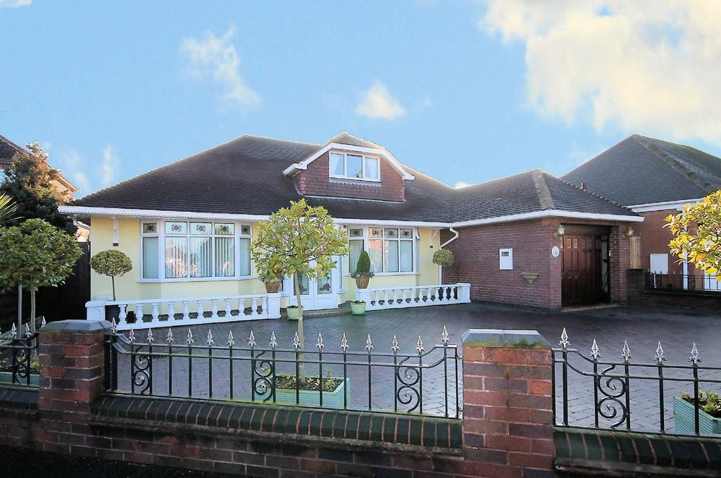 3 Bedrooms Detached House for sale in Draycott Crescent, Tamworth, B77 1DA