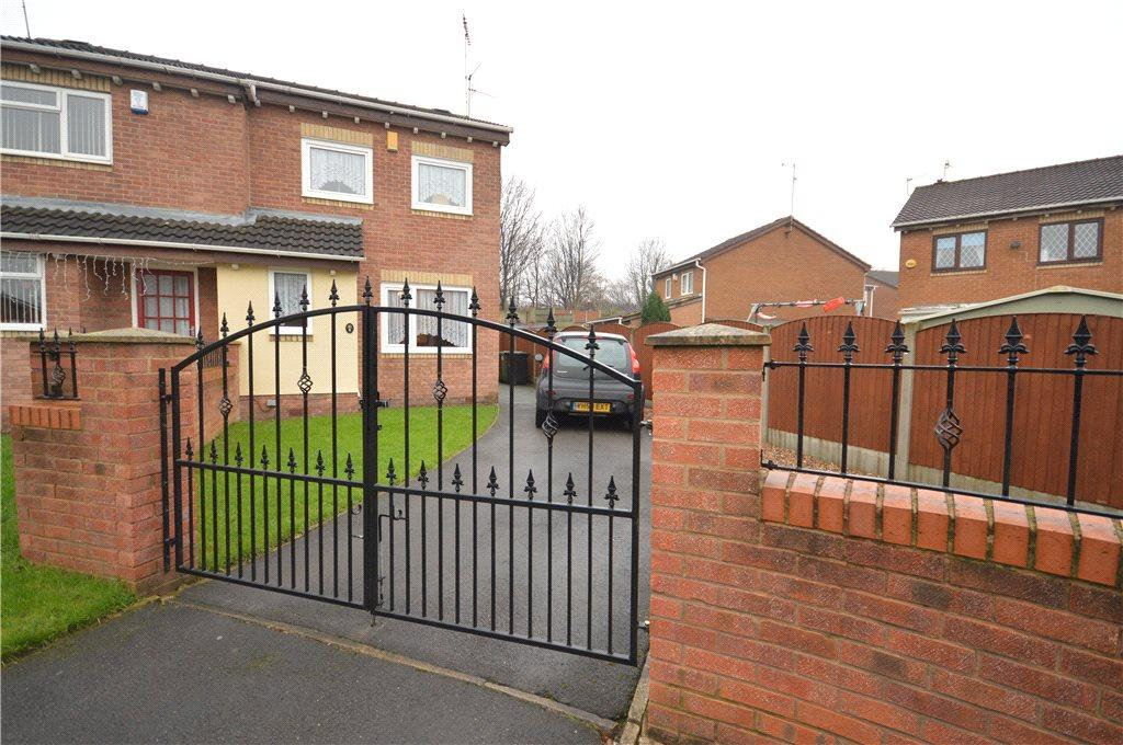 3 Bedrooms Semi Detached House for sale in Clayton Close, Leeds, West Yorkshire