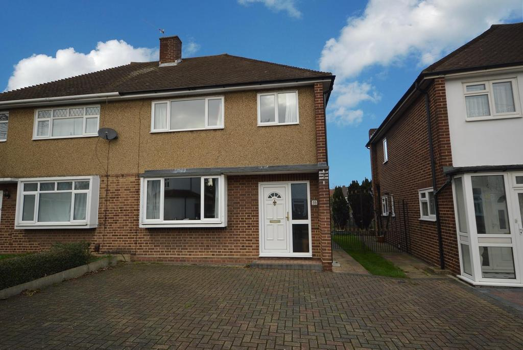 3 Bedrooms Semi Detached House for sale in Farnes Drive, Gidea Park, RM2