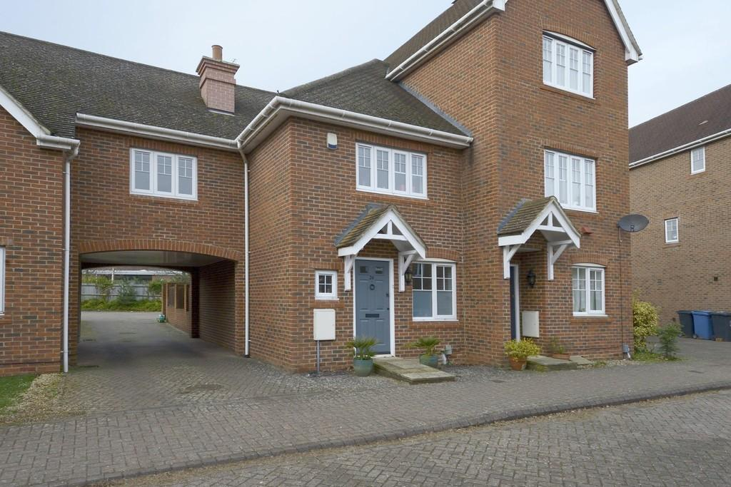 3 Bedrooms Semi Detached House for sale in Wintney Street, Fleet