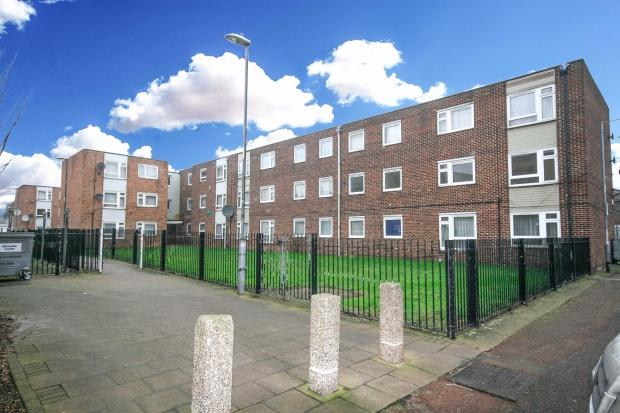 3 Bedrooms Flat for sale in Wheelers Cross, Barking, IG11