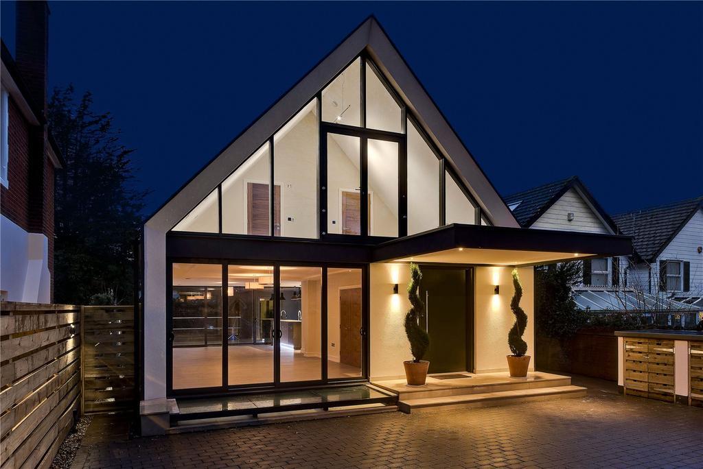 4 Bedrooms Detached House for sale in Heath Road, Weybridge, Surrey, KT13