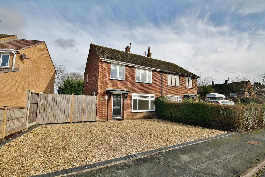 3 Bedrooms Semi Detached House for sale in Bisley, Woking