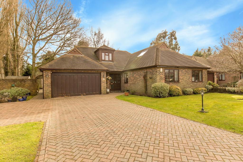 4 Bedrooms Detached Bungalow for sale in Lovelock Close, Kenley, Surrey, CR8 5HL