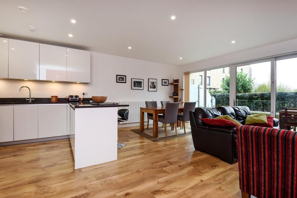 3 Bedrooms Maisonette Flat for sale in Meadowside, Kidbrooke, SE9