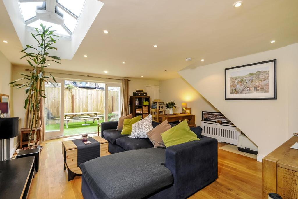 2 Bedrooms Flat for sale in Latchmere Road, Battersea, SW11