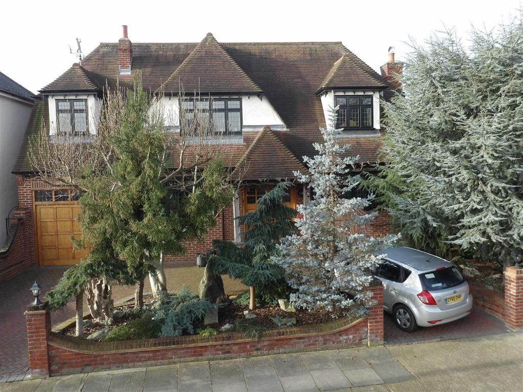 4 Bedrooms Detached House for sale in Lake Rise, Romford, Essex