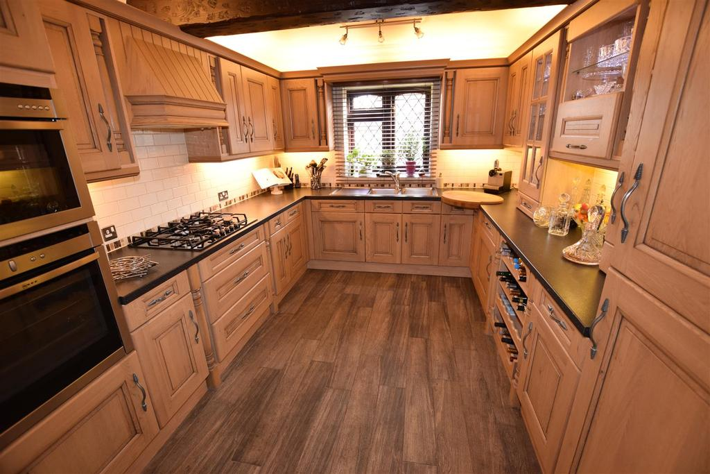 4 Bedrooms Detached House for sale in Byron Close, Canvey Island