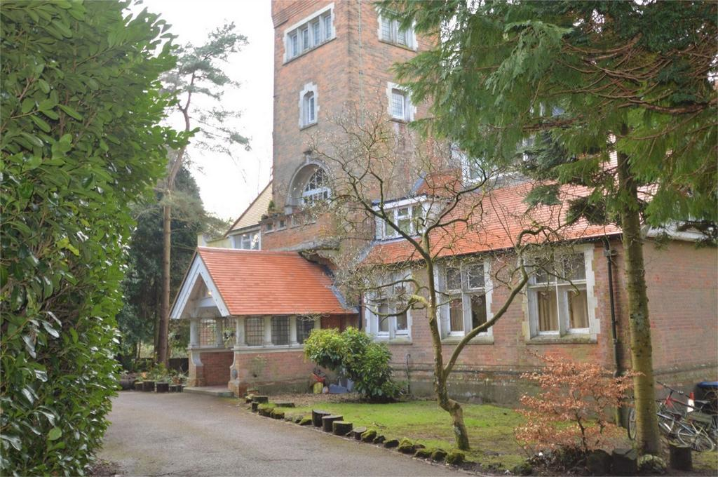 2 Bedrooms Flat for sale in Heatherbank, Tower Road, HINDHEAD, Surrey
