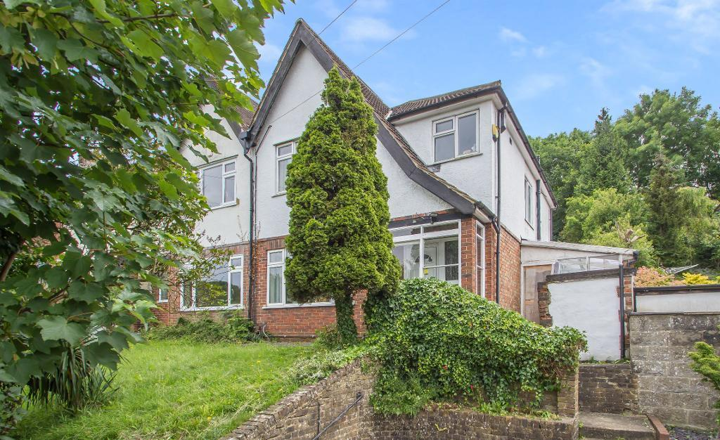 3 Bedrooms Semi Detached House for sale in Hillbury Road, Warlingham, Surrey, CR6 9TA