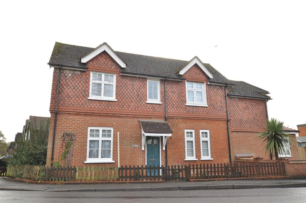 2 Bedrooms Cottage House for sale in Fox Corner, Guildford