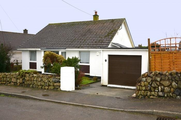 2 Bedrooms Bungalow for sale in 2 Tregonning Close, Ashton, TR13