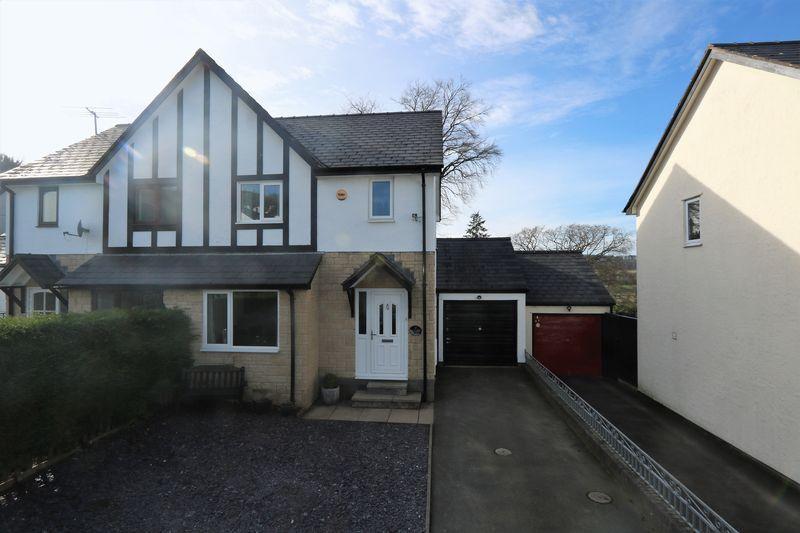 3 Bedrooms Semi Detached House for sale in Bryn Llywelyn, Corwen