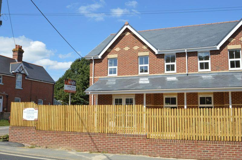 3 Bedrooms Semi Detached House for sale in Totland
