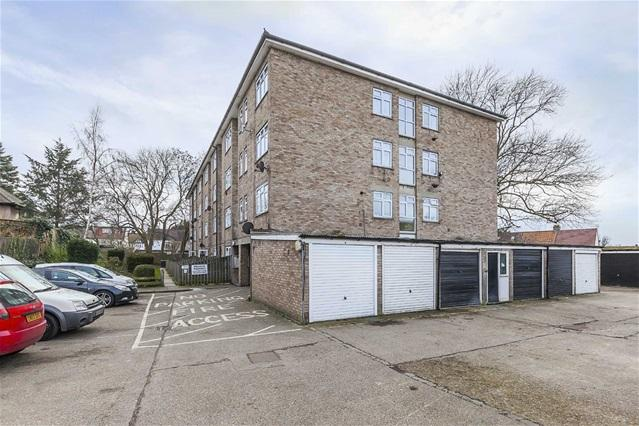 2 Bedrooms Maisonette Flat for sale in Copford Close, Woodford Green