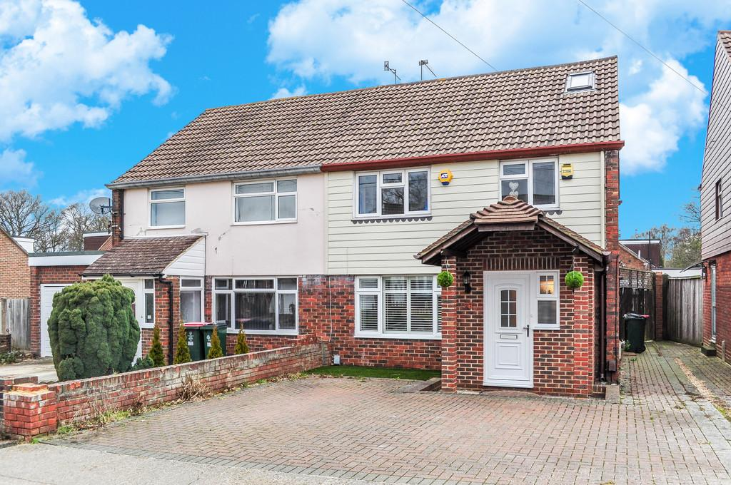 3 Bedrooms Semi Detached House for sale in THREE BRIDGES