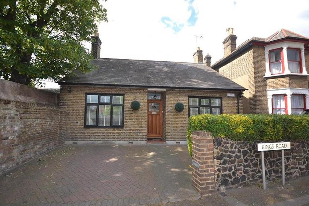 2 Bedrooms Detached Bungalow for sale in Kings Road, Romford, RM1