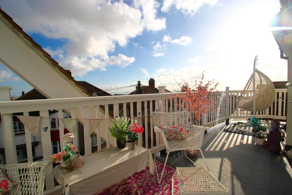 5 Bedrooms Detached House for sale in Somerville Gardens, Leigh-On-Sea
