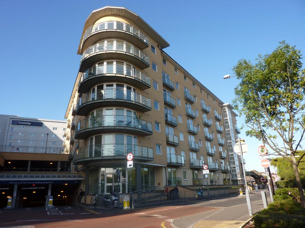 2 Bedrooms Flat for sale in Bergenia House, Bedfont Lane, Feltham