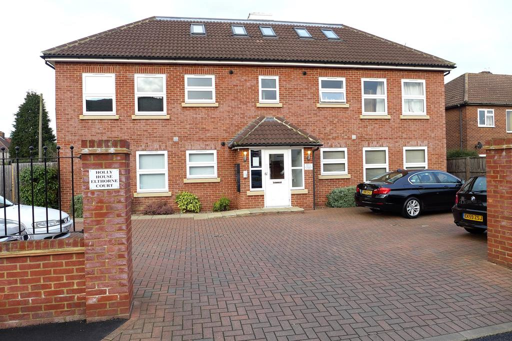 2 Bedrooms Flat for sale in Elthorne Court, Boundaries Road, Feltham