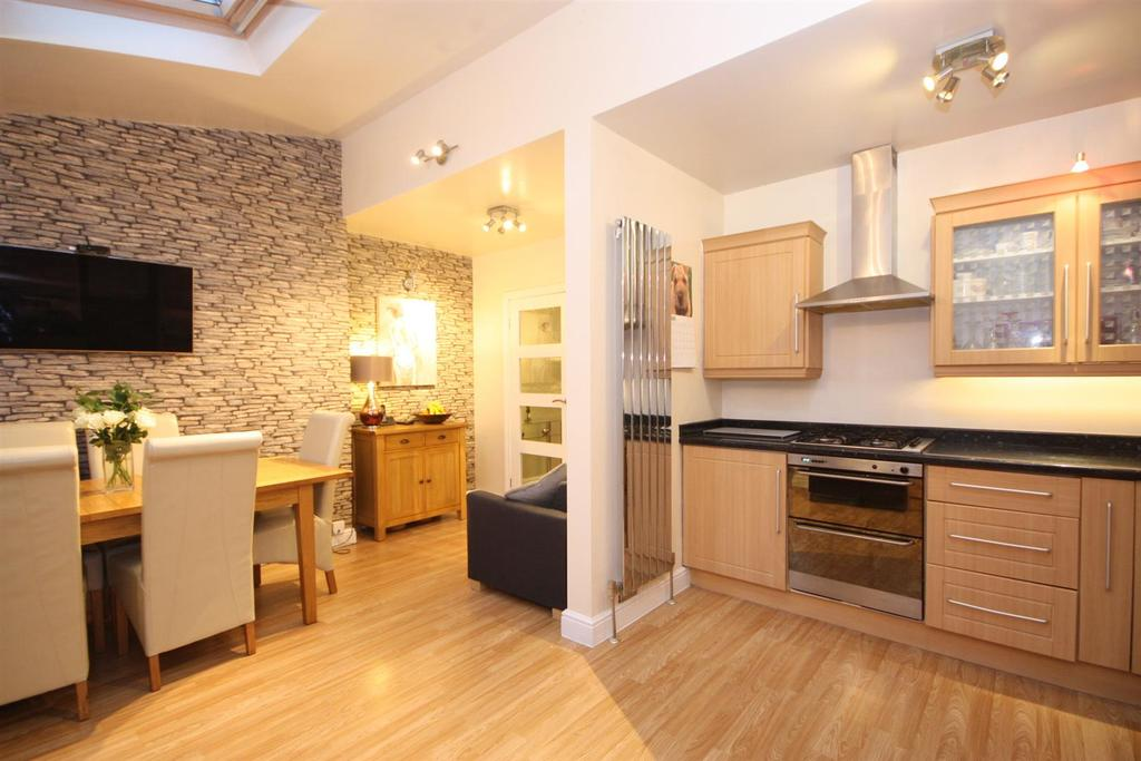 3 Bedrooms Semi Detached House for sale in Beech Lees, Farsley