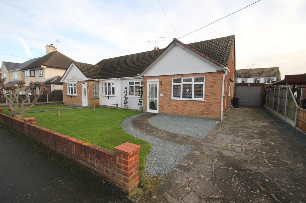 3 Bedrooms Semi Detached Bungalow for sale in Central Avenue, Rochford