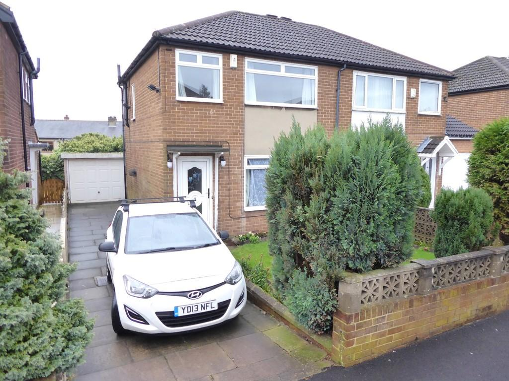 3 Bedrooms Semi Detached House for sale in Uppermoor Close, Pudsey