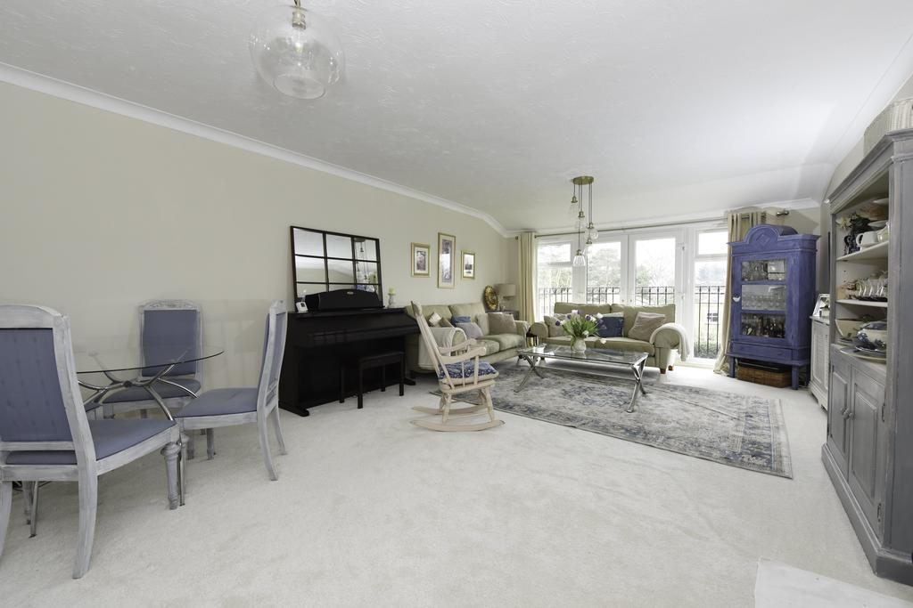 2 Bedrooms Flat for sale in Carlshalton Lodge, Weybridge KT13