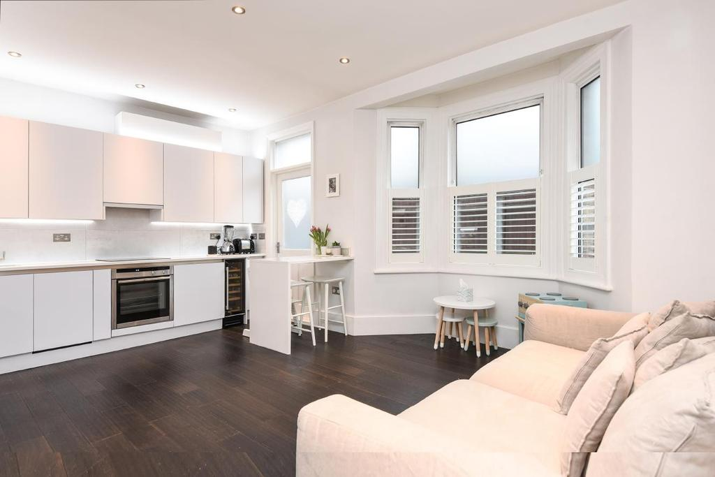 3 Bedrooms Flat for sale in Tunley Road, Balham, SW17