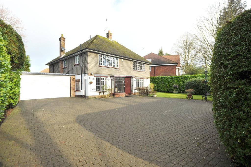 4 Bedrooms Detached House for sale in Roundwood Avenue, Hutton Mount, Brentwood, Essex, CM13